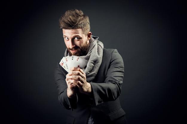 Mann mit spielkarten Premium Fotos