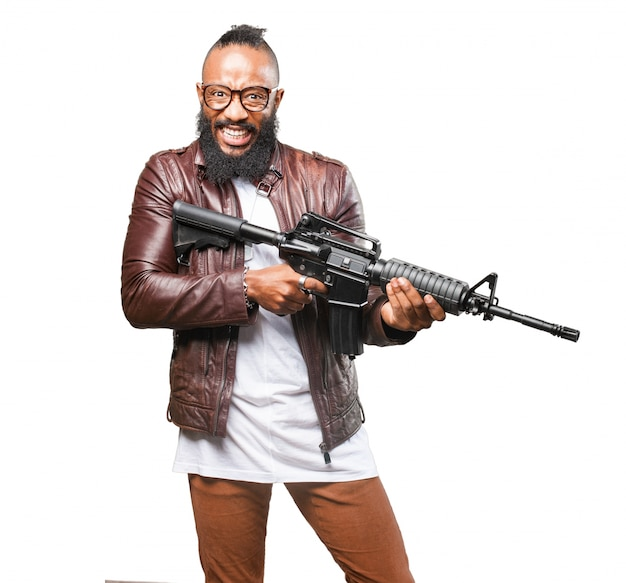 Mann mit verrückten gesicht mit einem maschinengewehr Kostenlose Fotos