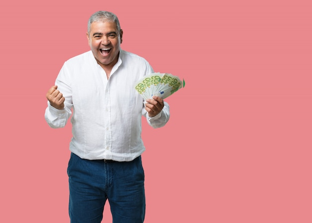Mann mittleren alters sehr aufgeregt und euphorisch Premium Fotos
