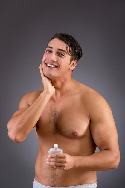 Mann, nachdem dusche im konzept genommen worden ist Premium Fotos
