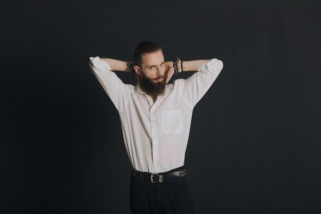 Mann posiert im studio Kostenlose Fotos