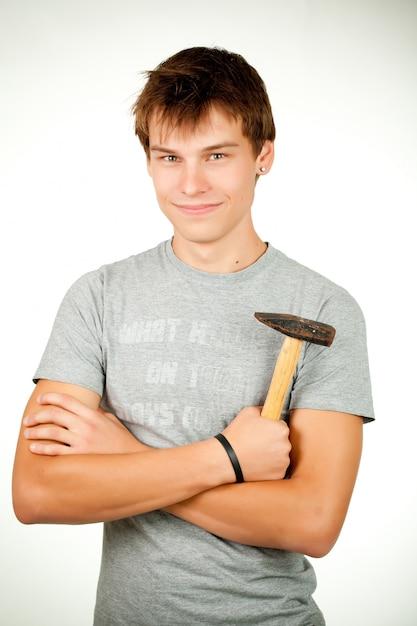 Mann posiert und hält in der hand hammer Premium Fotos