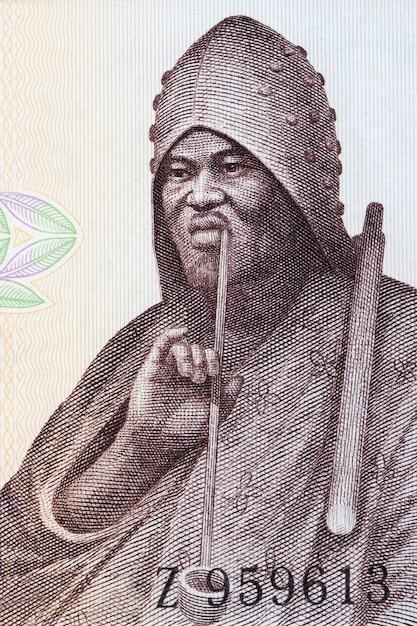 Mann raucht eine pfeife ein porträt vom alten guineischen geld Premium Fotos