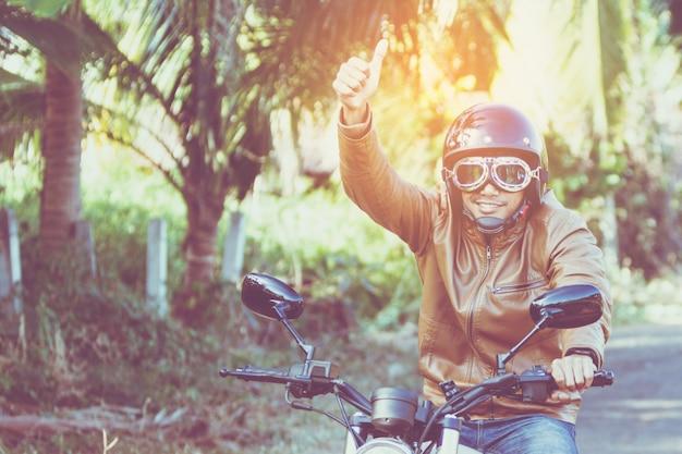 Mann reiten motorrad auf einer straße in freiheit lebensstil zur urlaubszeit Premium Fotos