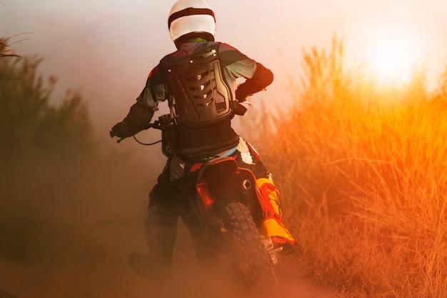 Mann reiten sport enduro motorrad auf sandbahn Premium Fotos