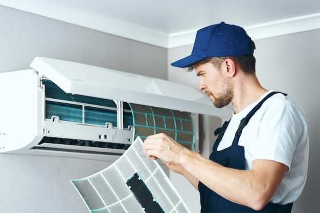 Mann reparieren und reinigen klimaanlage, arbeiter zu hause Premium Fotos