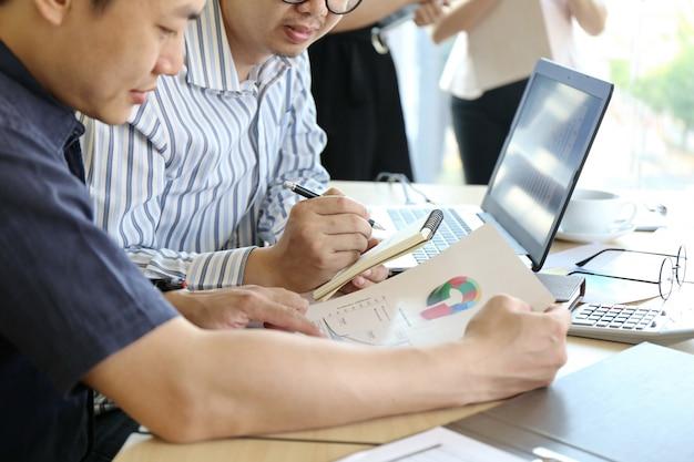 Mann-schreibentastatur-laptop-hand. modernes startbüro des geschäfts-team working startups Premium Fotos