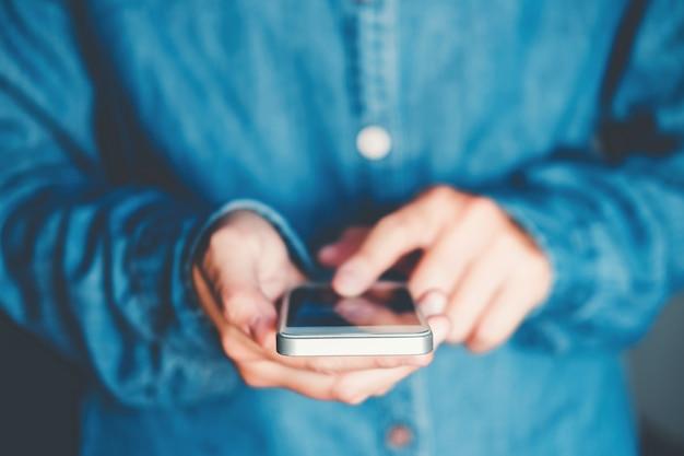 Mann-schreibentelefon-mitteilung im sozialen netz Premium Fotos