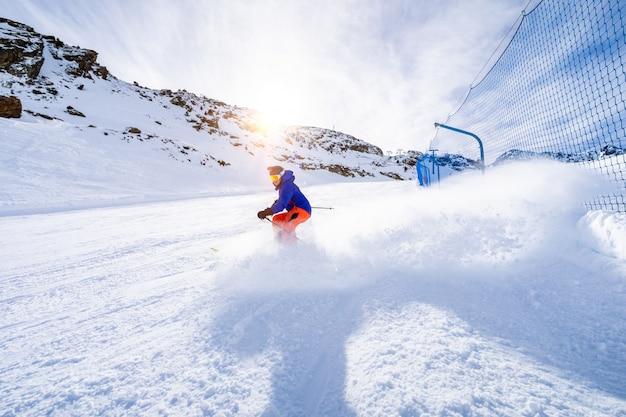 Mann skifahren auf der skipiste Premium Fotos