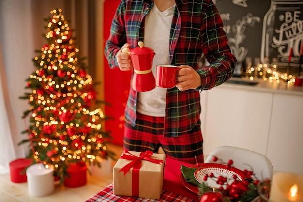 Mann stellt einen schönen verzierten wintertisch ein Premium Fotos