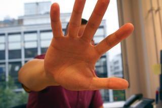 Mann streckte die hand aus Kostenlose Fotos