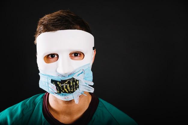 Mann trägt halloween-maske Kostenlose Fotos