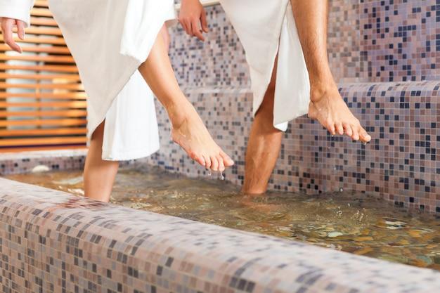 Mann und frau beim wellnesswassertreten Premium Fotos