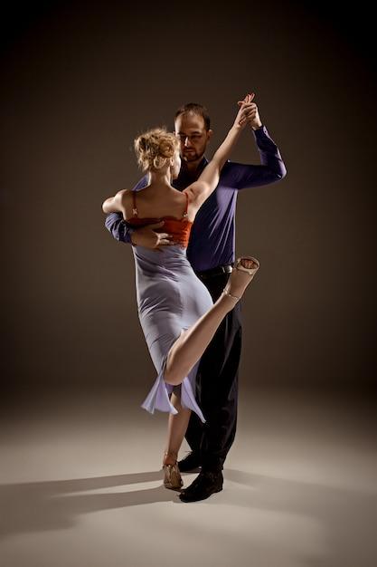 Mann und frau, die argentinischen tango tanzen Kostenlose Fotos