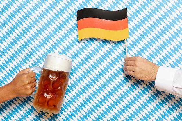 Mann und frau, die bierpint und -flagge halten Kostenlose Fotos