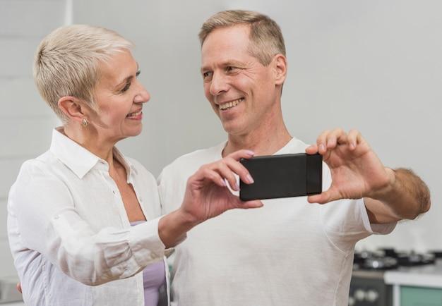 Mann und frau, die ein selfie machen Kostenlose Fotos