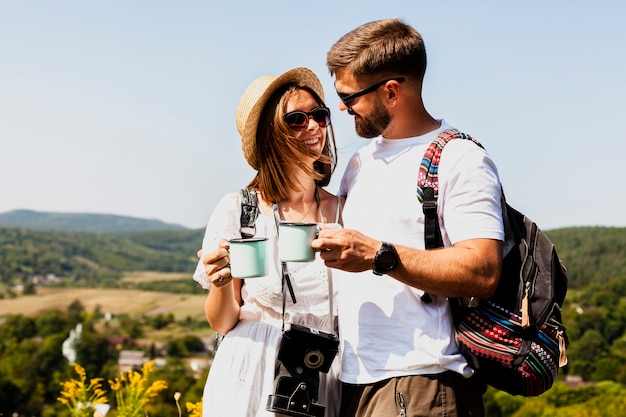 Mann und frau, die einander betrachten und kaffee trinken Kostenlose Fotos