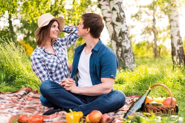 Mann und frau, die im park picknicken Kostenlose Fotos