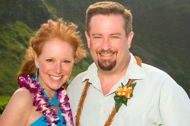 Mann und frau, die in hawaii aufwerfen Premium Fotos