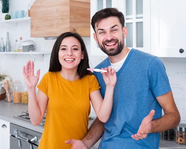 Mann und frau, die schwangerschaftstest halten Kostenlose Fotos