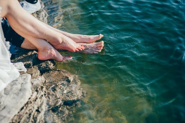 Mann und frau füße am strand Premium Fotos
