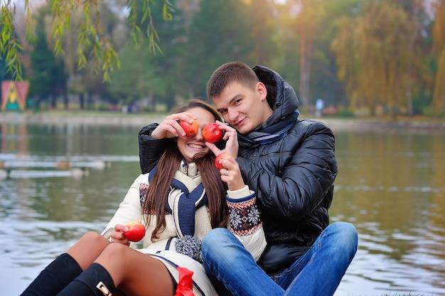 Mann und frau im garten mit äpfeln Premium Fotos
