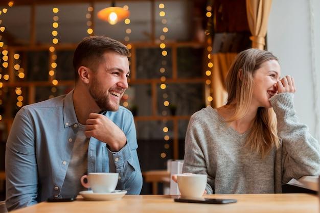 Mann und frau im restaurant Kostenlose Fotos