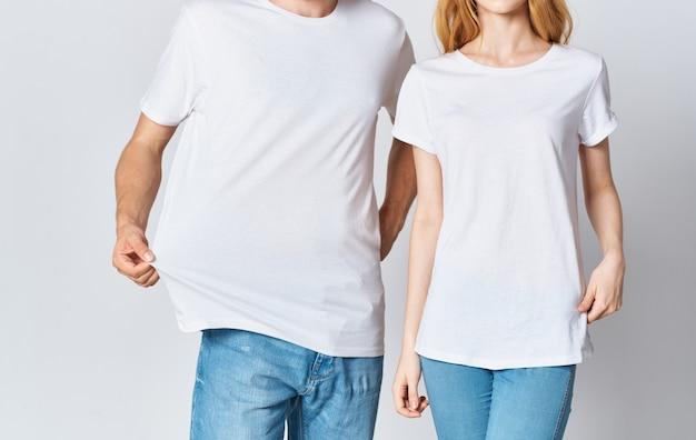 Mann und frau in weißen t-shirts und jeans im modischen stil kleidung. hochwertiges foto Premium Fotos