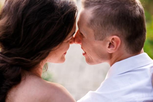 Mann und frau küssen sich im park. | Premium-Foto