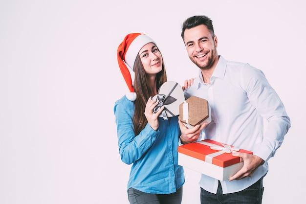 Mann und frau lächeln und halten geschenke Premium Fotos