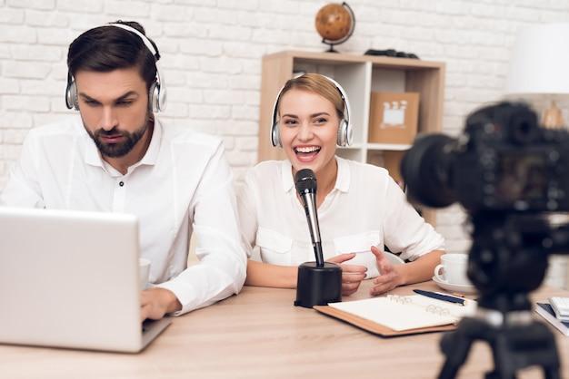 Mann und frau podcaster interviewen sich gegenseitig für radio. Premium Fotos