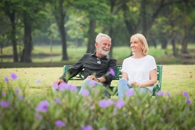 Mann und frau sitzen und sprechen im park Premium Fotos