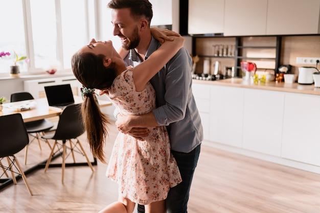 Mann und frau tanzen in einem modernen interieur Kostenlose Fotos