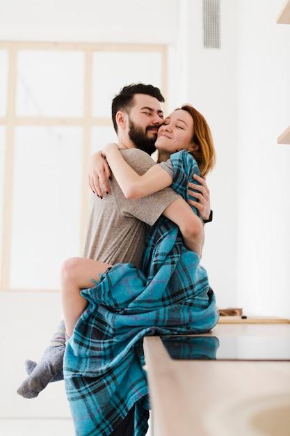 Mann und frau umarmen sich minimalistisches dekor Kostenlose Fotos