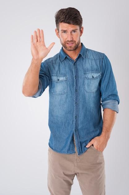 Mann verabschiedet sich in einem jeanshemd Kostenlose Fotos