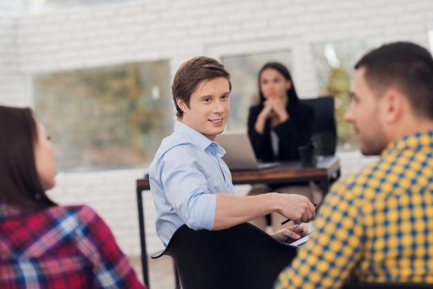 Mann wendet sich an publikum von menschen im training sitzen auf dem stuhl Premium Fotos