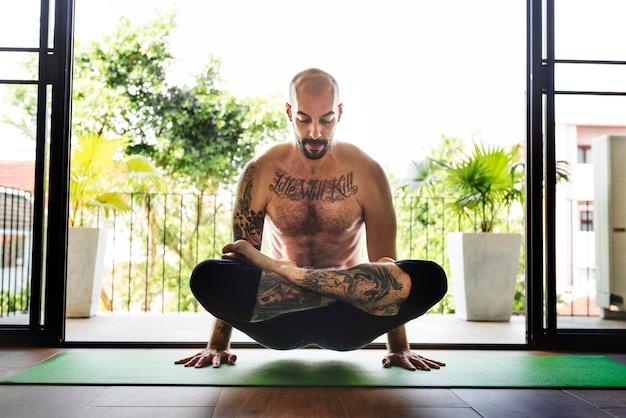 Mann-yoga-praxis-stellen-trainings-konzept Kostenlose Fotos