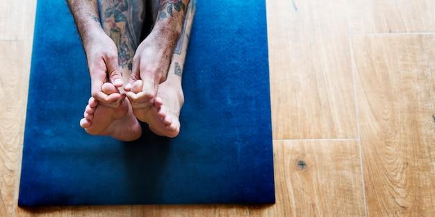 Mann-yoga-übungs-haltungs-trainings-konzept Kostenlose Fotos