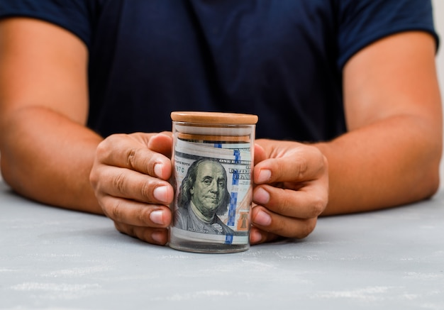 Mann zeigt geldglas. Kostenlose Fotos