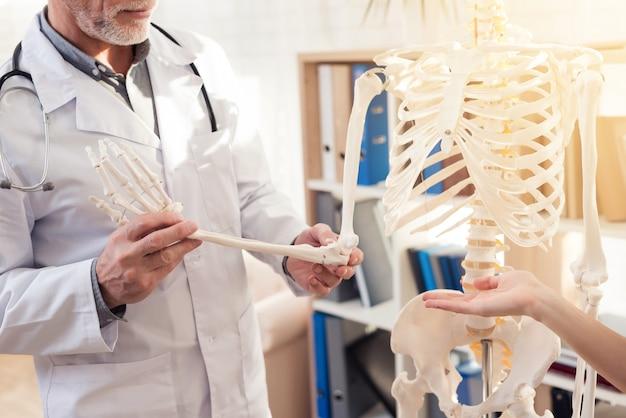 Mann zeigt skeletthand. frau gestikuliert. Premium Fotos