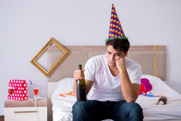 Mann zu hause nach einer heftigen party Premium Fotos