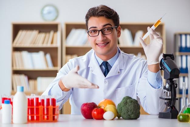 Manndoktor, der die obst und gemüse überprüft Premium Fotos