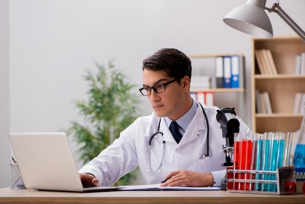 Manndoktor, der im labor arbeitet Premium Fotos