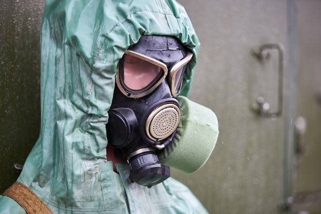 Mannequin kleidete im grünen chemischen gummischutzanzug und in der schwarzen gasmaske, nahaufnahme an Premium Fotos