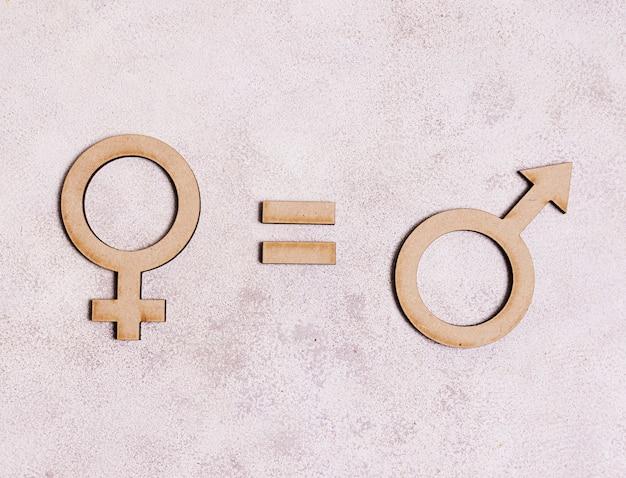 Manngeschlechtssymbole entsprechen weiblichem geschlechtssymbol auf marmorhintergrund Kostenlose Fotos