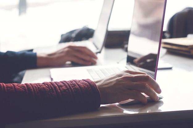 Mannhände, die an modernem laptop arbeiten. programmierung entwickeln Premium Fotos