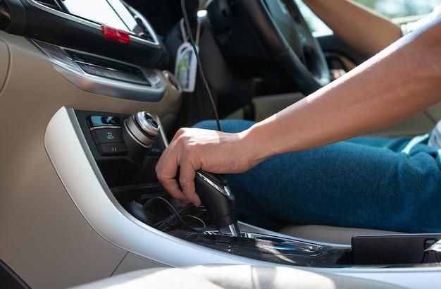 Mannhand auf automatischer gangschaltung. Premium Fotos