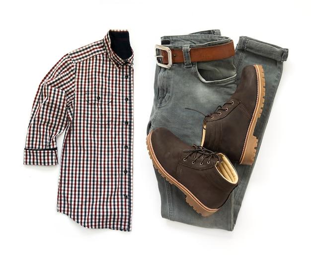 Mannkleidung stellte mit den braunen stiefeln, gurt, hemd und grauen jeans ein, die auf einem weißen hintergrund lokalisiert wurden. ansicht von oben Premium Fotos