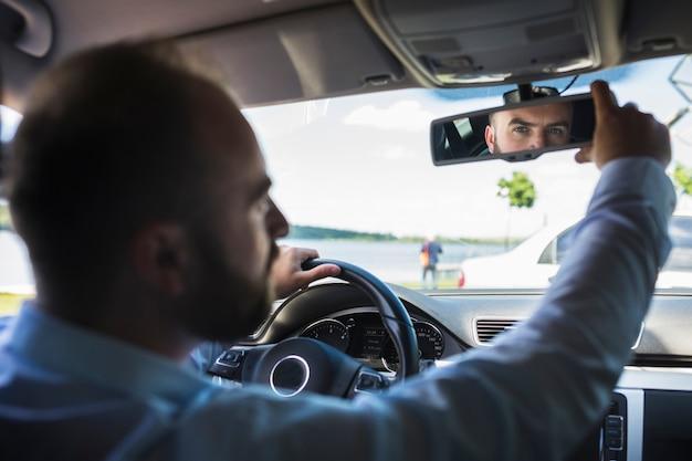 Männlicher Fahrer Der Hinteren Spiegel Des Autos Justiert