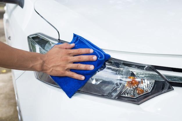 Mannreinigungsauto mit microfasertuch - autodetaillierungs- und -konvertierungskonzepte Premium Fotos